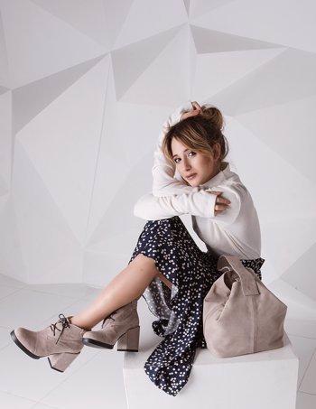 От классических сапог до оригинальных деталей  каблук в тон сумки - модный  тренд осени и 0a95a12acc2